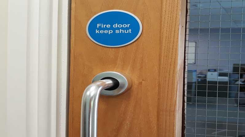 آیا میتوان دربهای موجود را به استاندارد مقاوم در برابر آتش ارتقا داد؟