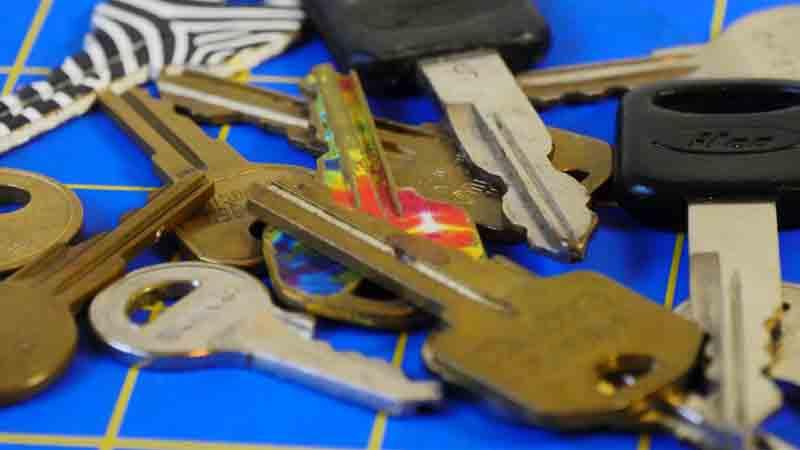 کلیدهای یدک داشته باشید-باز کردن درب