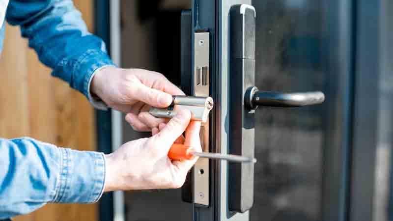 یک قفلساز حرفهای استخدام کنید-باز کردن درب