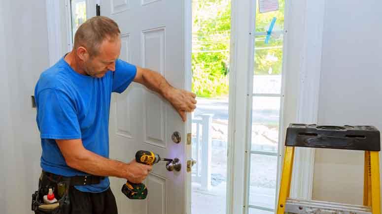 ۴. چارچوب و لولاهای درب خود را ایمنتر کنید-افزایش امنیت درب آپارتمان