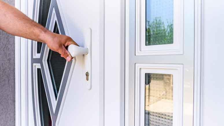 ۷. با پوشش امنیتی یا نرده جلو پنجره از شیشه درب محافظت کنید-افزایش امنیت درب آپارتمان